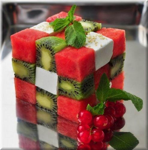 Ensalada de frutas en forma de cubo