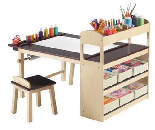 """Un escritorio y """"centro de arte"""" infantil."""