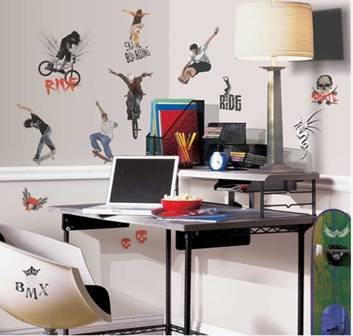 Decora la habitación juvenil con vinilos de deportes extremos.