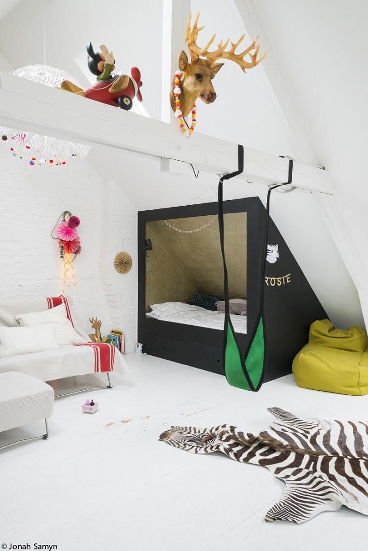 Habitación infantil con una casita y mucho encanto
