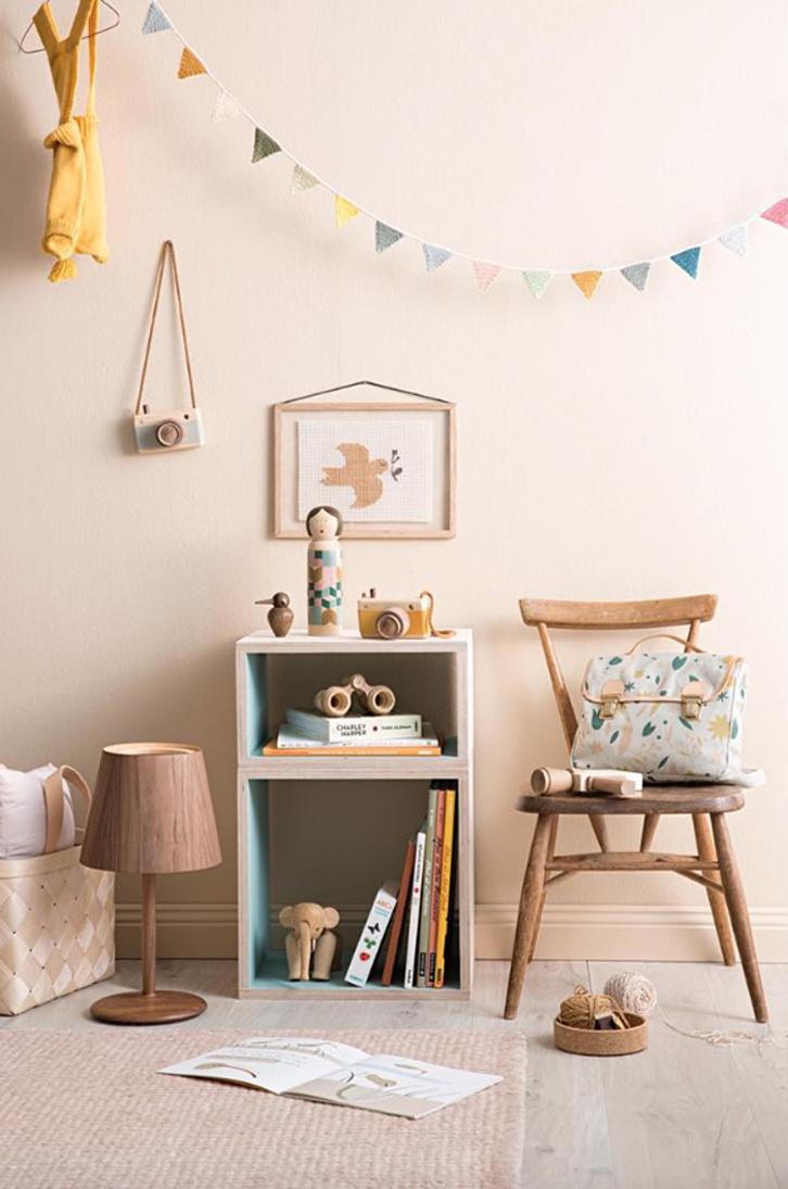 Dormitorios infantiles con detalles de madera y toques vintage