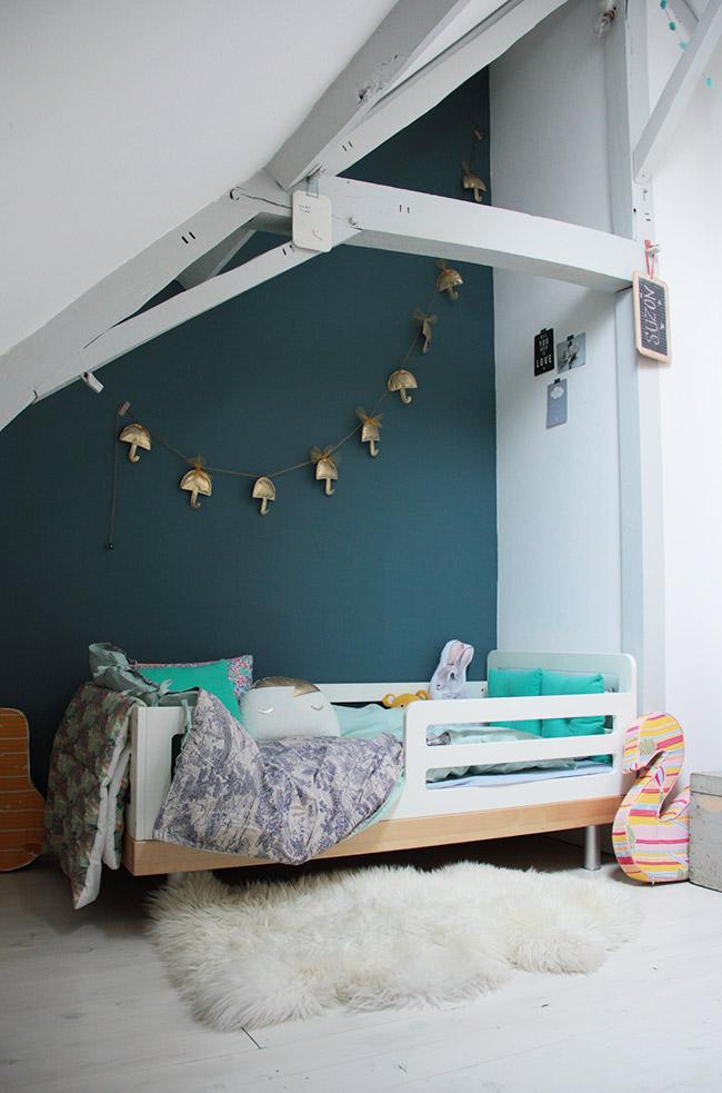Habitación infantil ecléctica con tonos azules