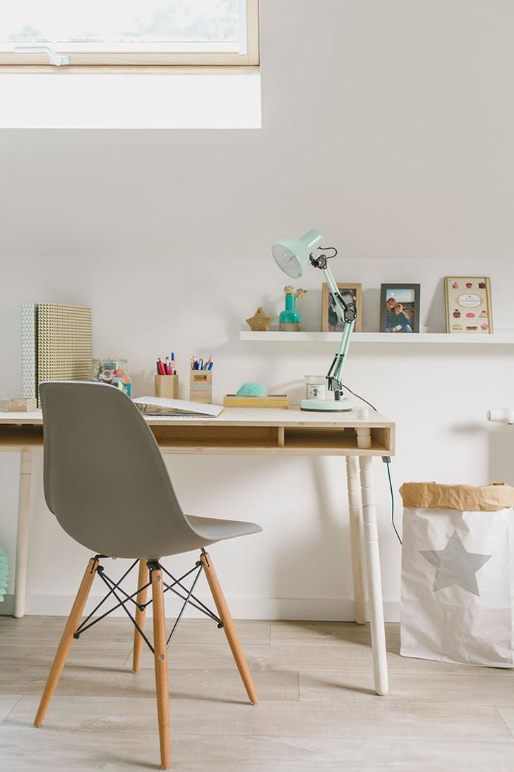 Habitación natural para niños en madera con un escritorio cool