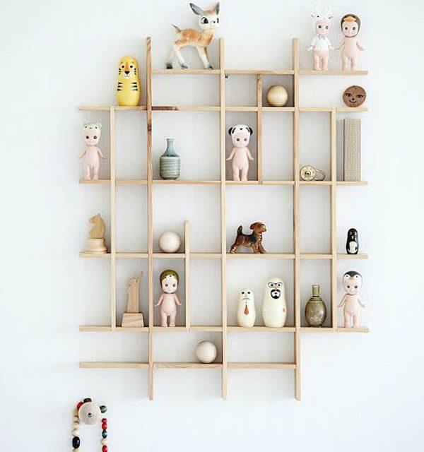 Decora la habitación infantil con pequeñas estanterías de madera