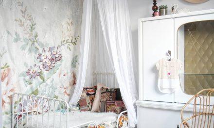 Papel pintado de flores para una habitación infantil