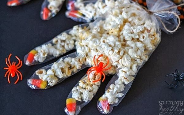 Tenebrosas manos con palomitas de maíz