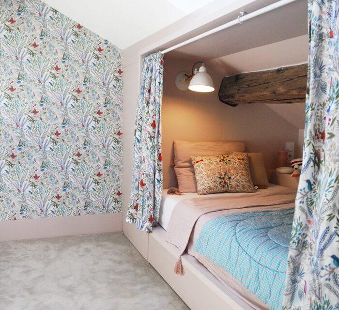 Habitación infantil abuhardillada y bien aprovechada