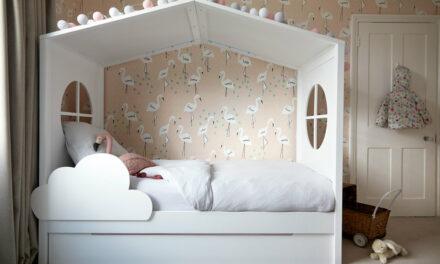 Una romántica habitación infantil con cama casita
