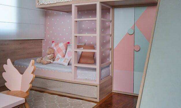 Una cama con tobogán