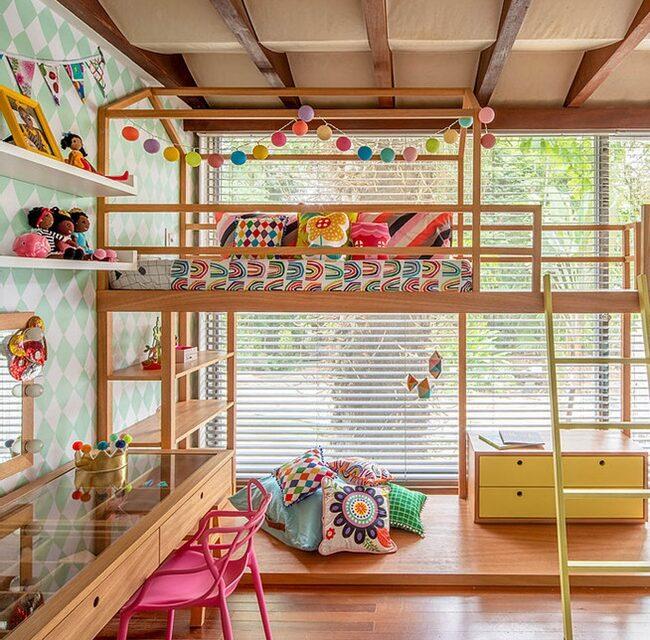 Un dormitorio infantil lleno de color y madera