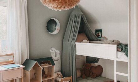 Habitación infantil con flores y colores pastel
