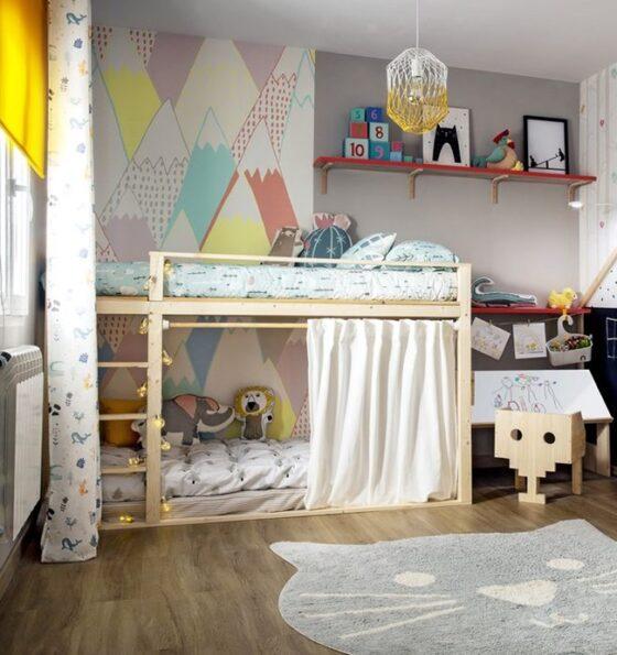 Un dormitorio infantil con espacio para jugar
